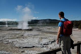 Frente al lago sulfuroso de Rotorúa.