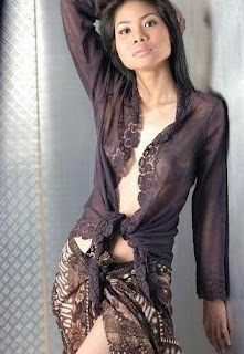 Busana Batik Transparan yang Sexy