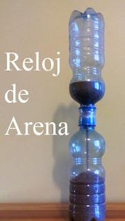 reloj de arena con botellas recicladas