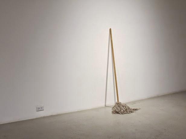 """Obra de Frances Trombley.  """"Fregona""""  """"una pieza de algodón, lana, hierro y madera"""""""