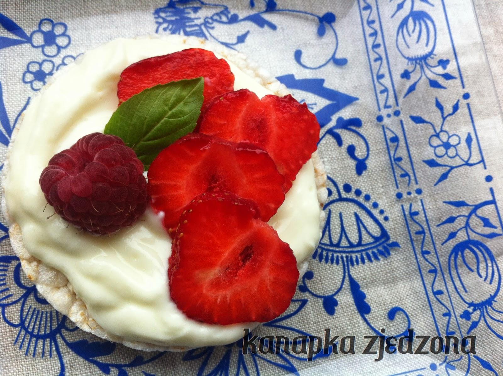 kanapka z truskawkami, sandwich with strawberries, Sandwich mit Erdbeeren,  sandwich avec fraises, sándwich con fresas