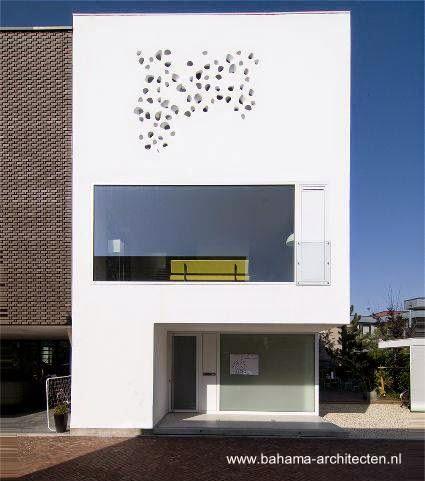 Fachada calada en casa urbana minimalista de Holanda