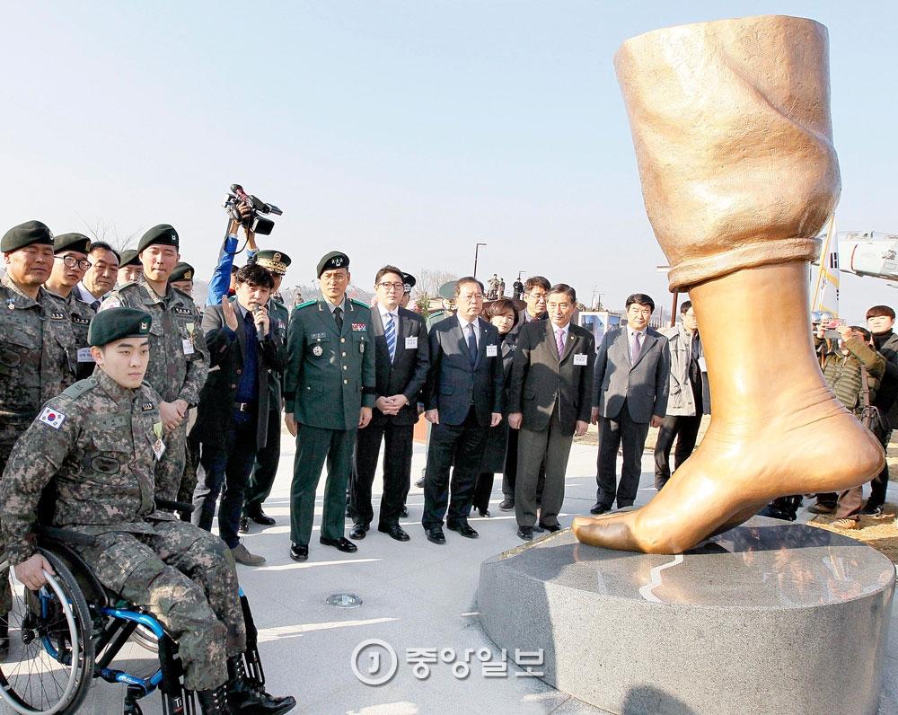 La Pierna de la Paz es un monumento en honor a dos soldados surcoreanos mutilados en la DMZ por minas norcoreanas