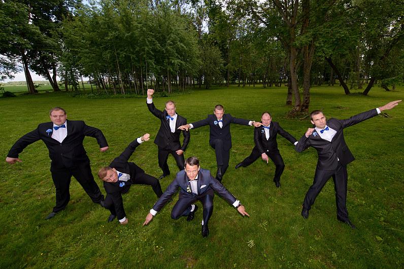Crazy vestuvių nuotraukos: jaunikis su pabroliais