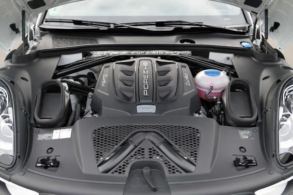 2015 Porsche Macan Turbo Pictures