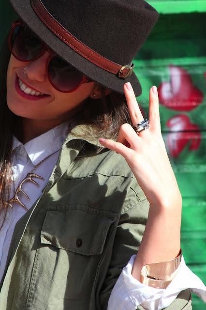 Brown Hat, sombrero marrón, collar dorado ciervo, camisa blanca, pulsera leopardo