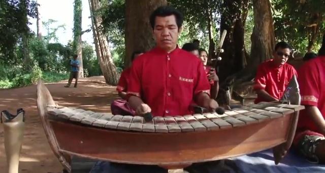 L'orchestre mohori est d'influence thai. C'est l'un des rares ensembles non rituels dédiés à usage récréatif. Il se compose ici d'un xylophone roneat ek, de deux vièles bicordes tro sau et tro u, d'une cithare tricorde takhê, d'une cithare sur table khim, d'une flûte khloy, de cymbalettes chhing, d'un tambour skor daey.  Une réalisation de Patrick Kersalé / © Patrick Kersalé