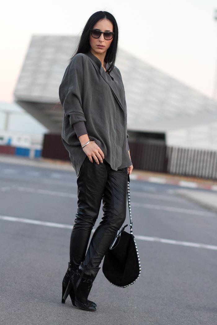 withorwithoutshoes con Look en Verde militar y negro con pantalones de cuero de Muubaa