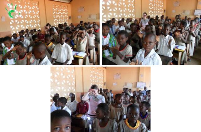 I bambini africani che cantano nella scuola di Noepé, Togo, Africa