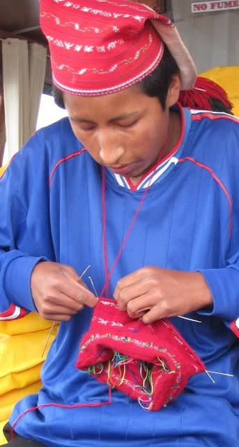 Hombre tejiendo