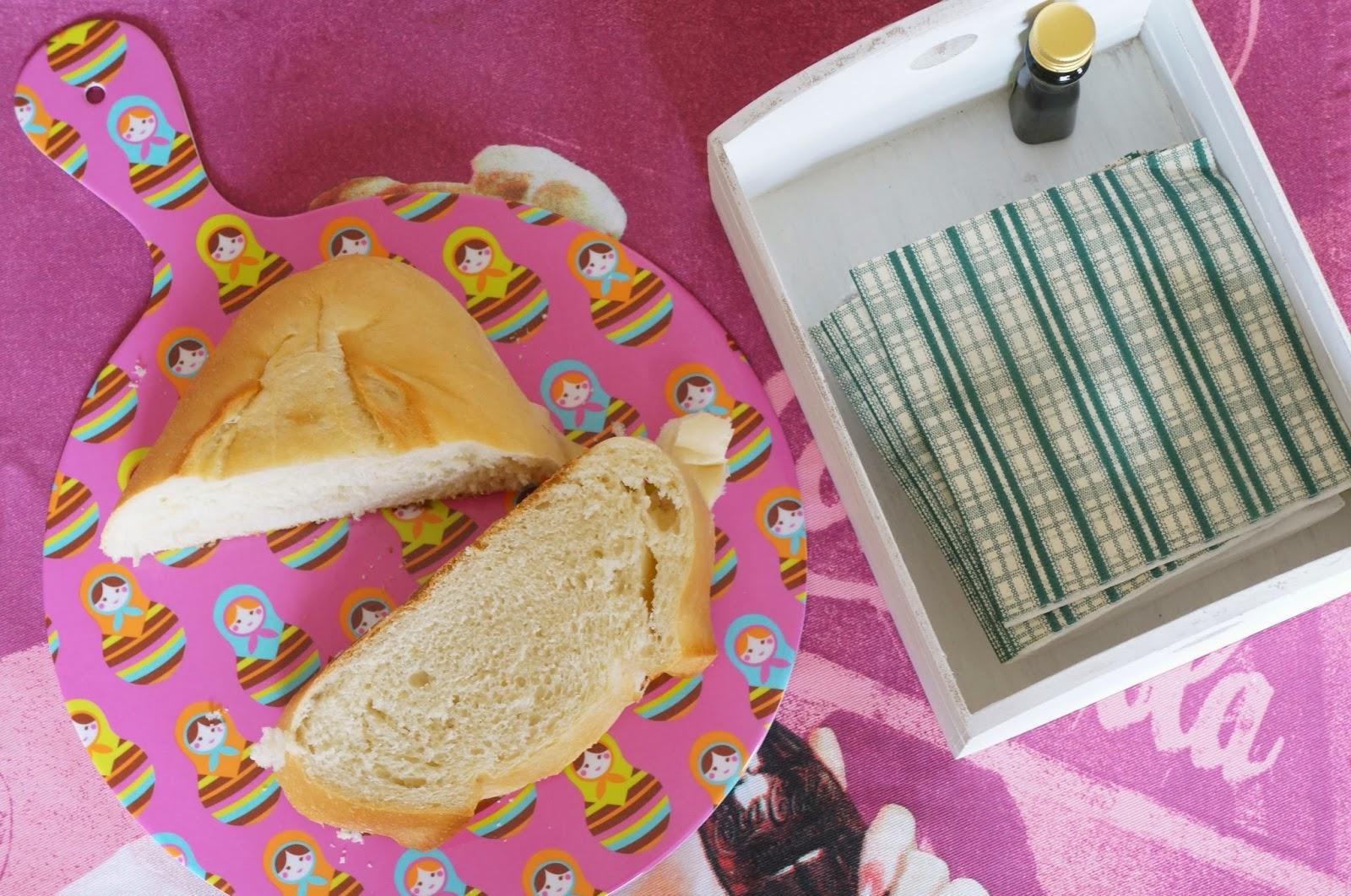 A tábua de corte Dolls enfeita a mesa além ser útil para cortar e servir o pão.
