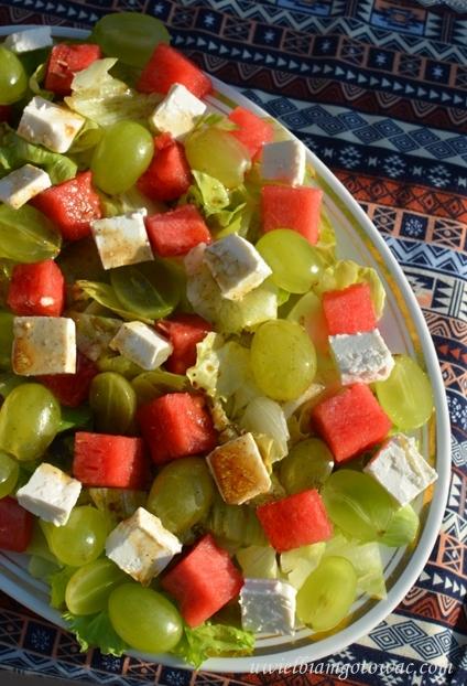 Sałatka z arbuzem, winogronem i fetą