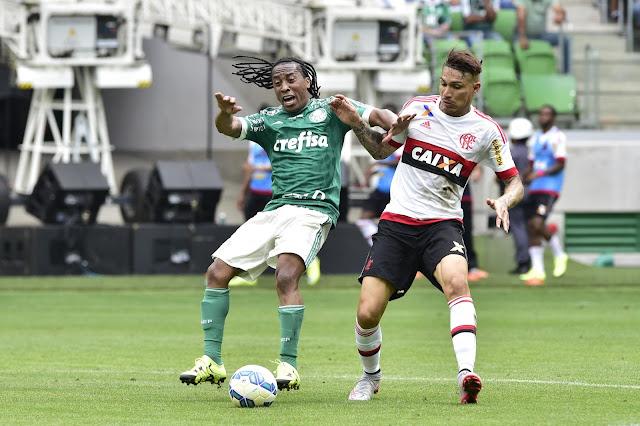 Guerrero (D) reclamou da postura da arbitragem e se disse 'perseguido' (Foto: Fernando Dantas/Gazeta Press)
