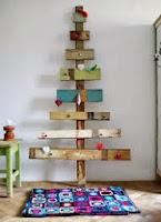 arbol de navidad simple hecho con palets de madera reciclados