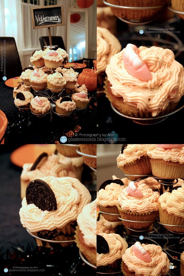 Halloween-muffins pyntet med sorte Oreokjeks og skumgummi-godteritenner...