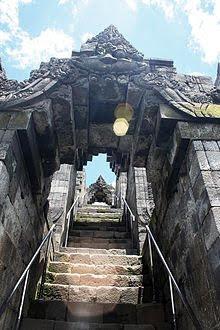 Tangga Borobudur mendaki melalui serangkaian gapura berukir Kala-Makara