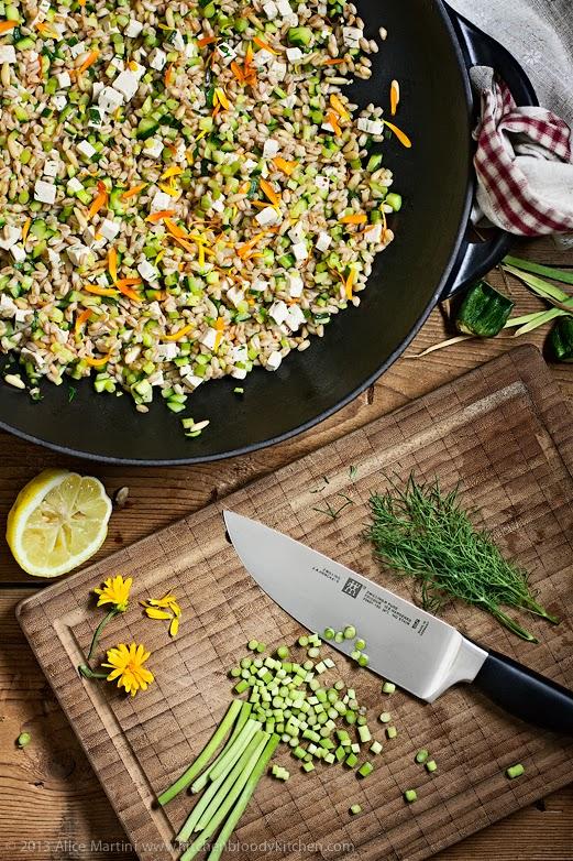 Insalata di farro con talli d'aglio, zucchine e pinoli