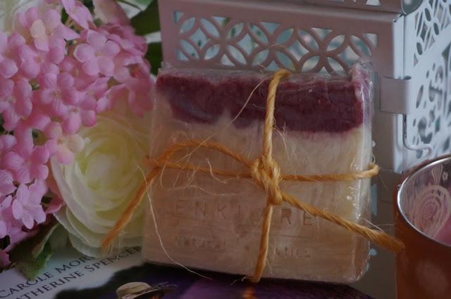 Enklare artystyczne mydełko ręcznie robione niczym ciasteczko owocowe