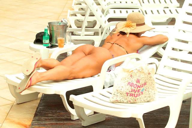 Fabi Frota de férias tem desfilado seu corpo sarado pelas areais do Guarujá na praia