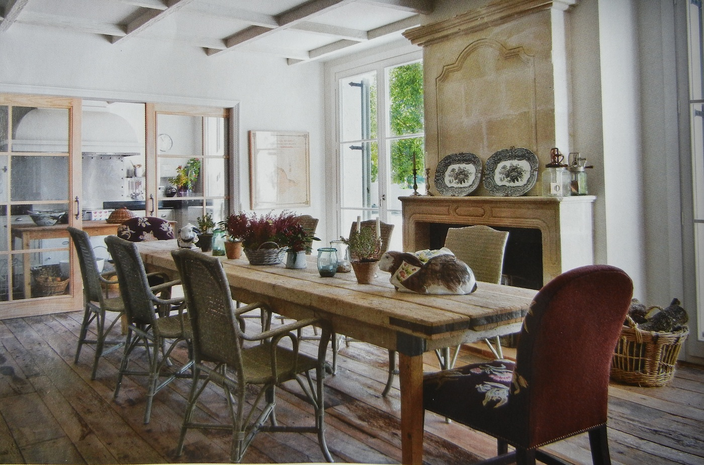 Auction decorating rustic dining tables in spain for Dining decor ideas