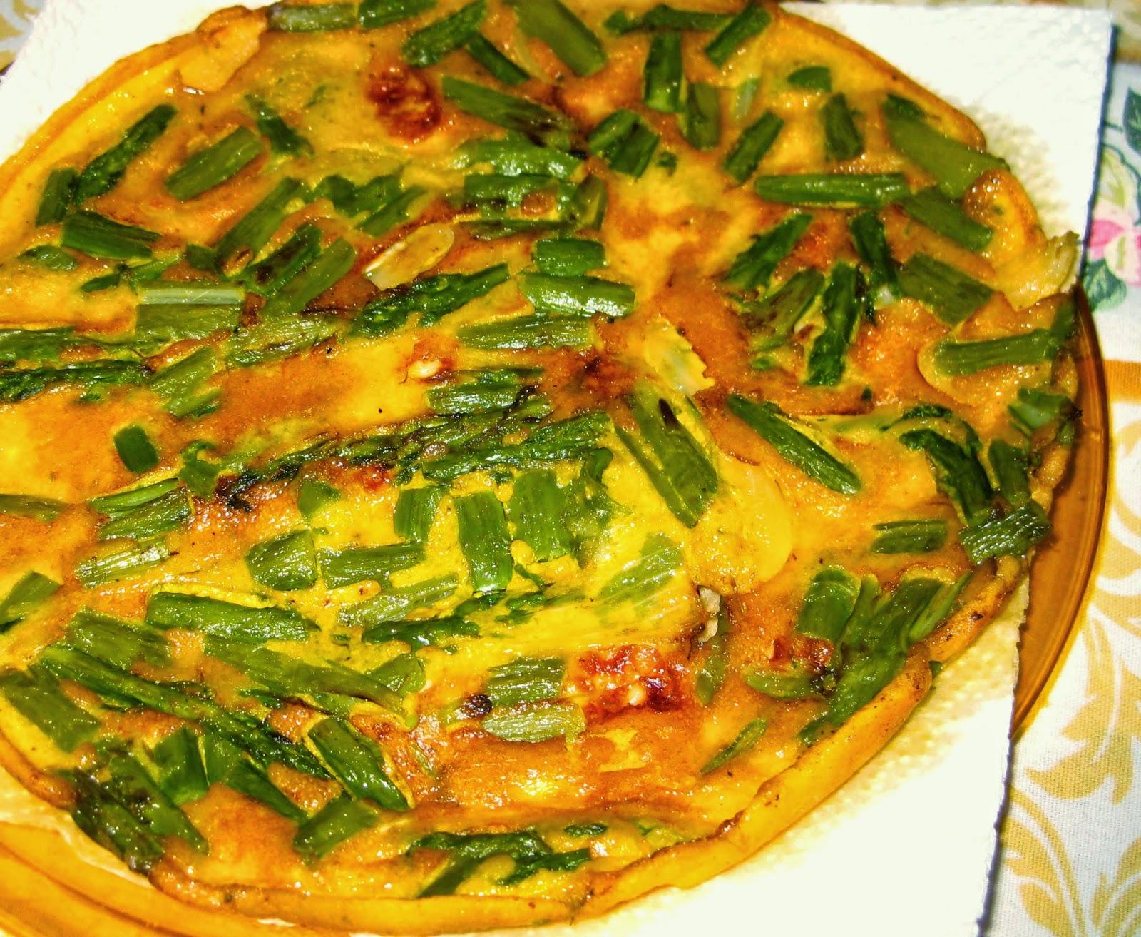 La ricetta della Frittata di Asparagi con Porro e Scamorza è estiva e ricca di sapore!