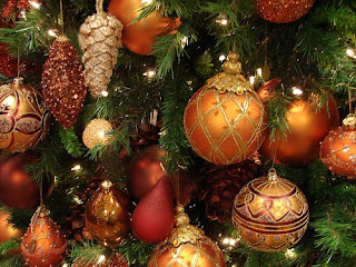 different designs of Christmas baubles,gold color ornaments, decorated in Christmas tree image