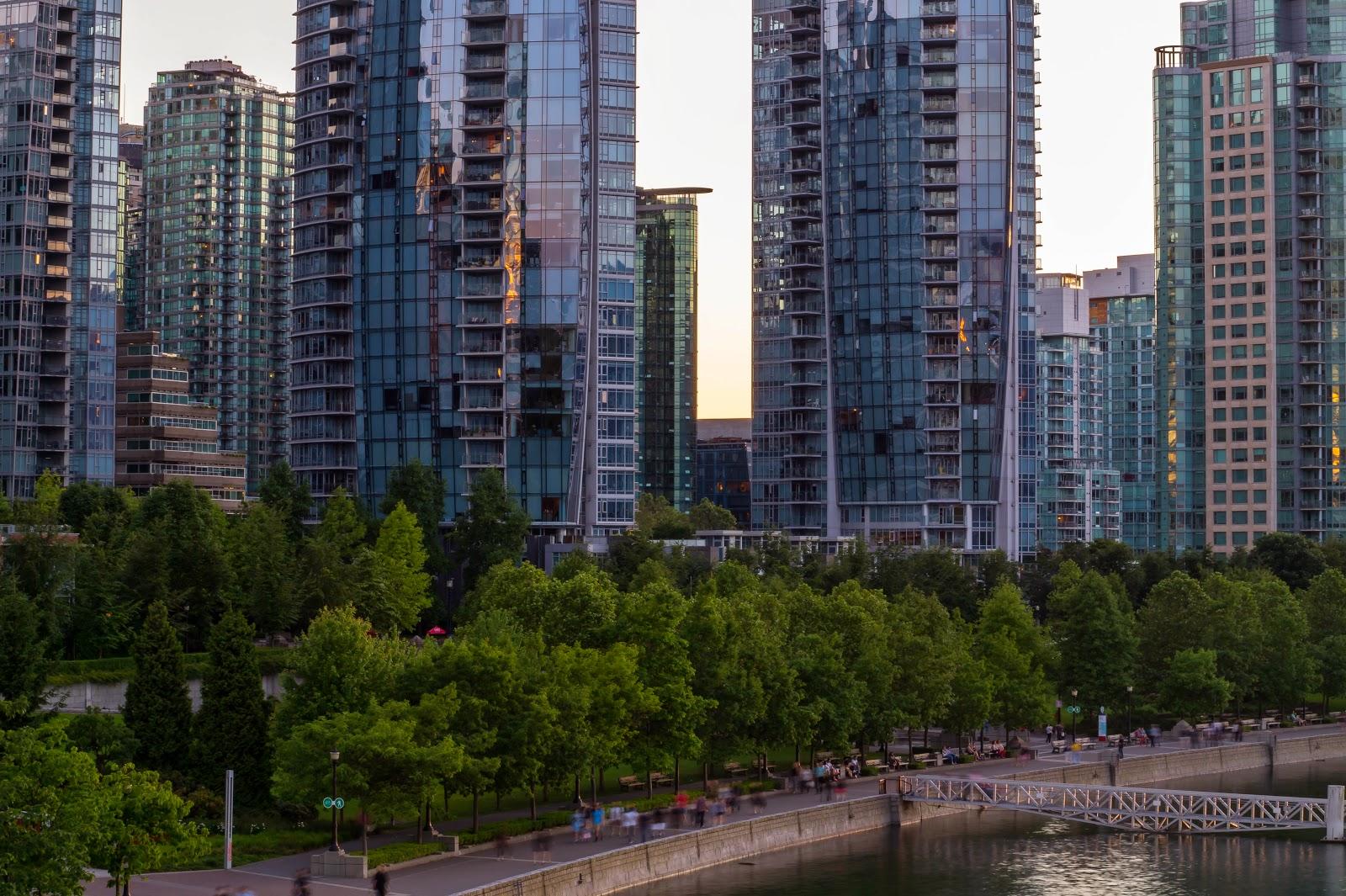 В отличии от Торонто и Калгари, в даунтауне Ванкувера всегда очень людно, и в будни и в выходные.
