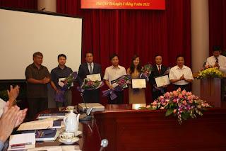 """Ông Hồ Hùng Anh tại Lễ phát hành """"Báo cáo thường niên Chỉ số tín nhiệm Việt Nam 2012"""" (thứ 3 từ trái sang). Ông là một trong những nạn nhân của việc đưa """"tin vịt"""" của """"Quan làm báo""""."""