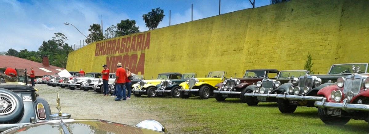 A fila de MP Lafer diante do muro de arrimo do local, na estrada velha para Santos.