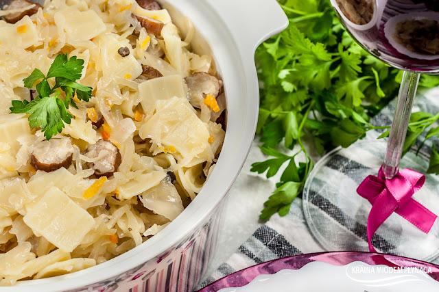 łazanki z kapustą kiszoną i kiełbasą, makaron z kapustą i kiełbasą, dania z kapusty kiszonej, dania z kiełbaską, kraina miodem płynąca
