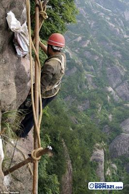 Kerja Di Tebing Gunung