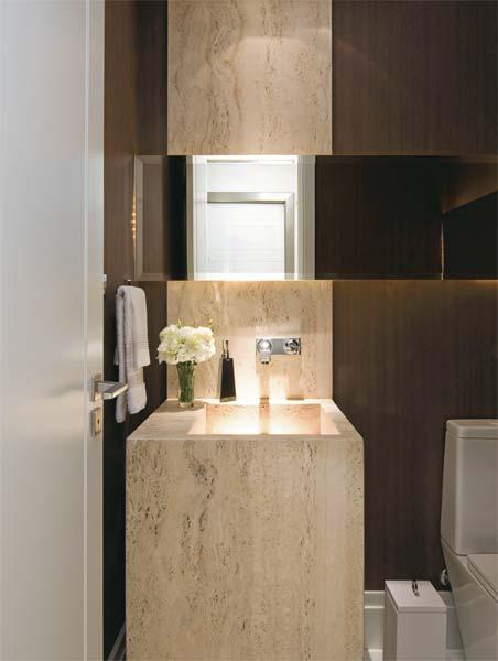 decoracao em lavabos:Veja o detalhe da bacia sanitária suspensa que dá leveza ao lavabo.