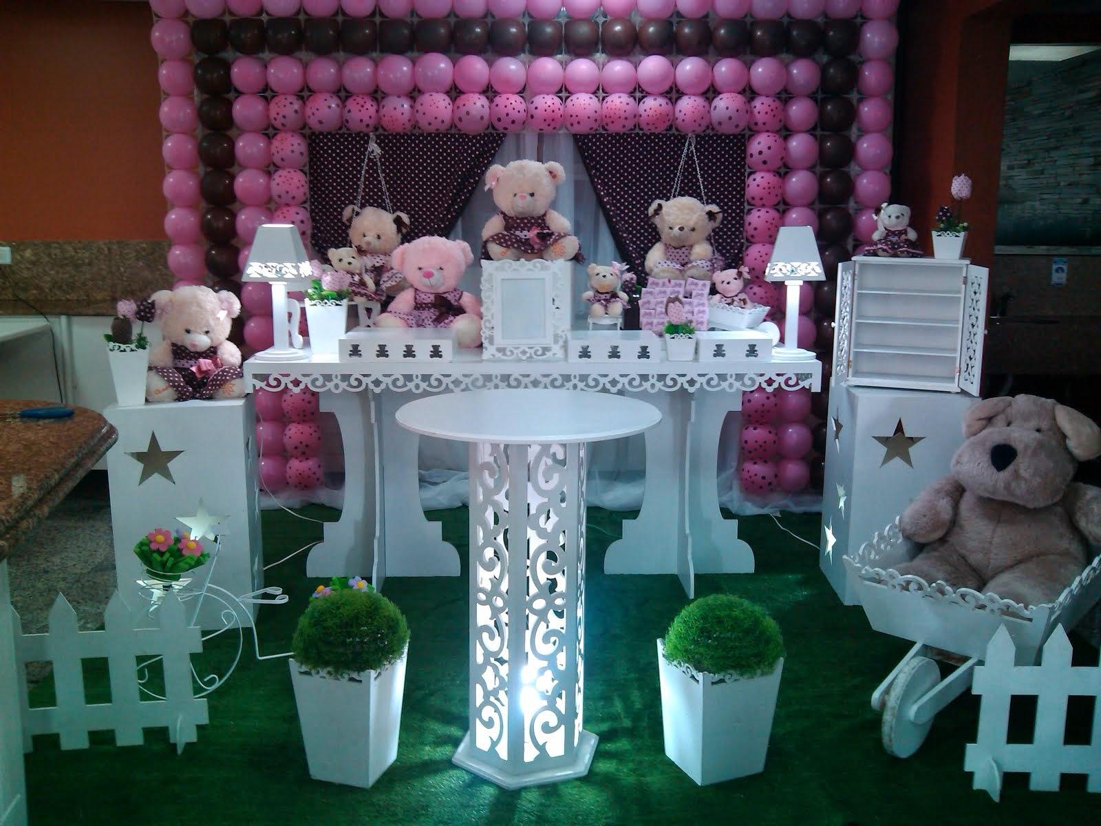 Ursos rosa com tela de PDS e mesa provençal