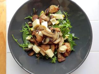 la cuisine de sarah salad with garlic mushrooms emmental and chunky croutons. Black Bedroom Furniture Sets. Home Design Ideas