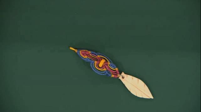 Brinco de macramê com linhas coloridas
