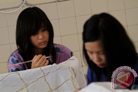 Siswa SMP Stella Duce 1 Yogyakarta membuat batik karya sendiri