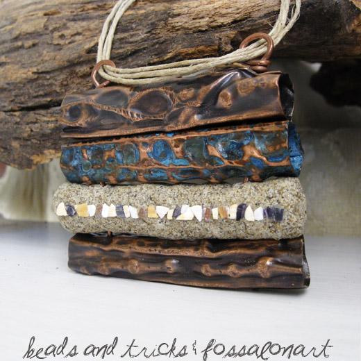 Collana in rame, corda, sabbia e frammenti di conchiglie. Foldforming