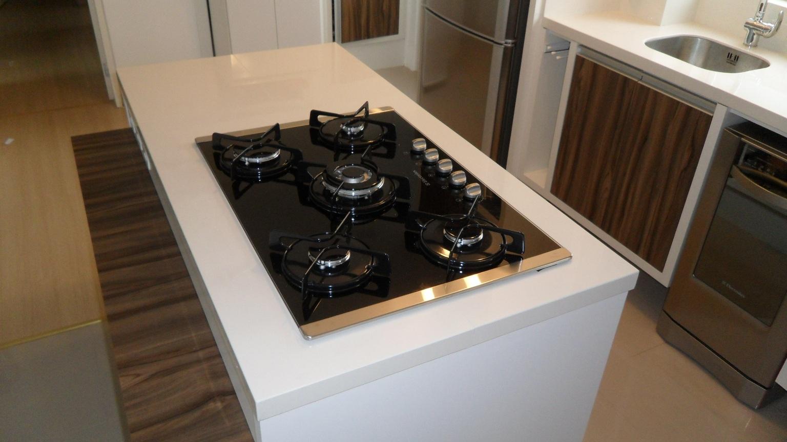 porcelanato.: Bancada cozinha com ilha e cooktop. Porcelanato #886743 1536 864