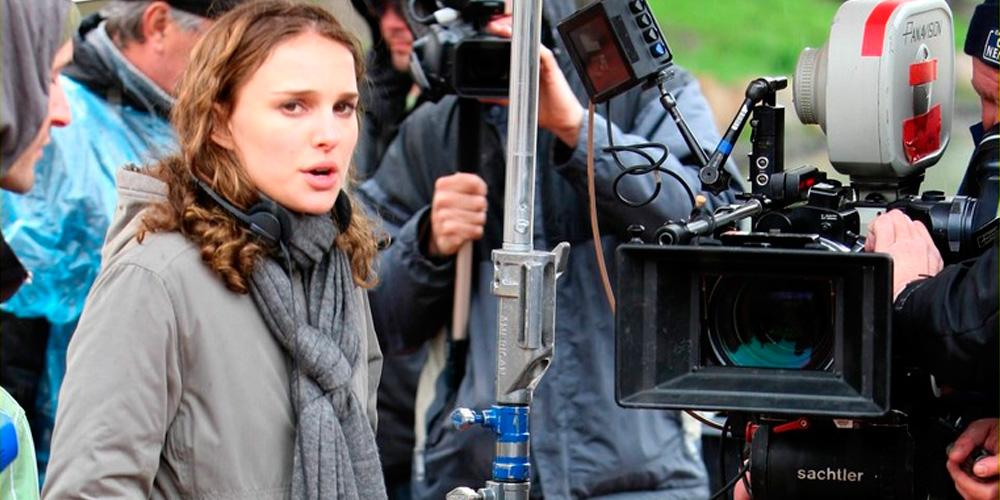 natalie portman como diretora de cinema ao lado de uma câmera cinematográfica no set do filme nova york, eu te amo