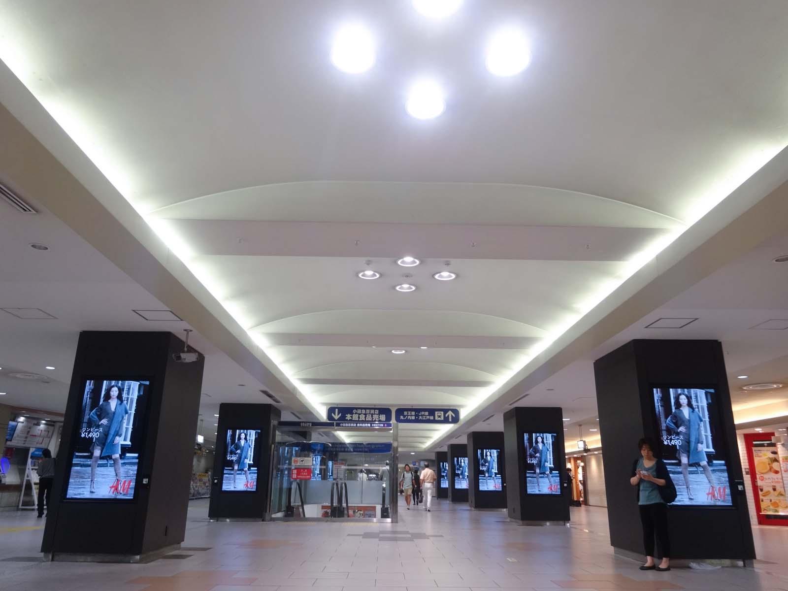 デジタルサイネージ,小田急新宿駅〈著作権フリー画像〉Free Stock Photos