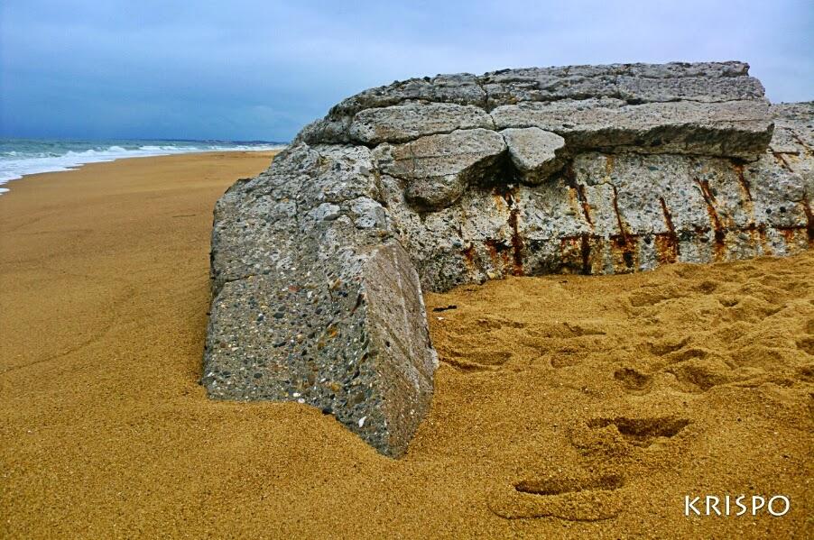 detalle de búnker hundido en playa de las landas