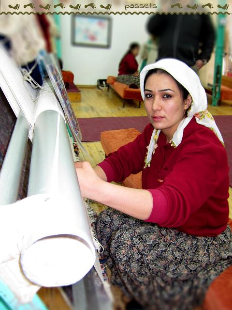Mujer turca tejiendo una alfombra