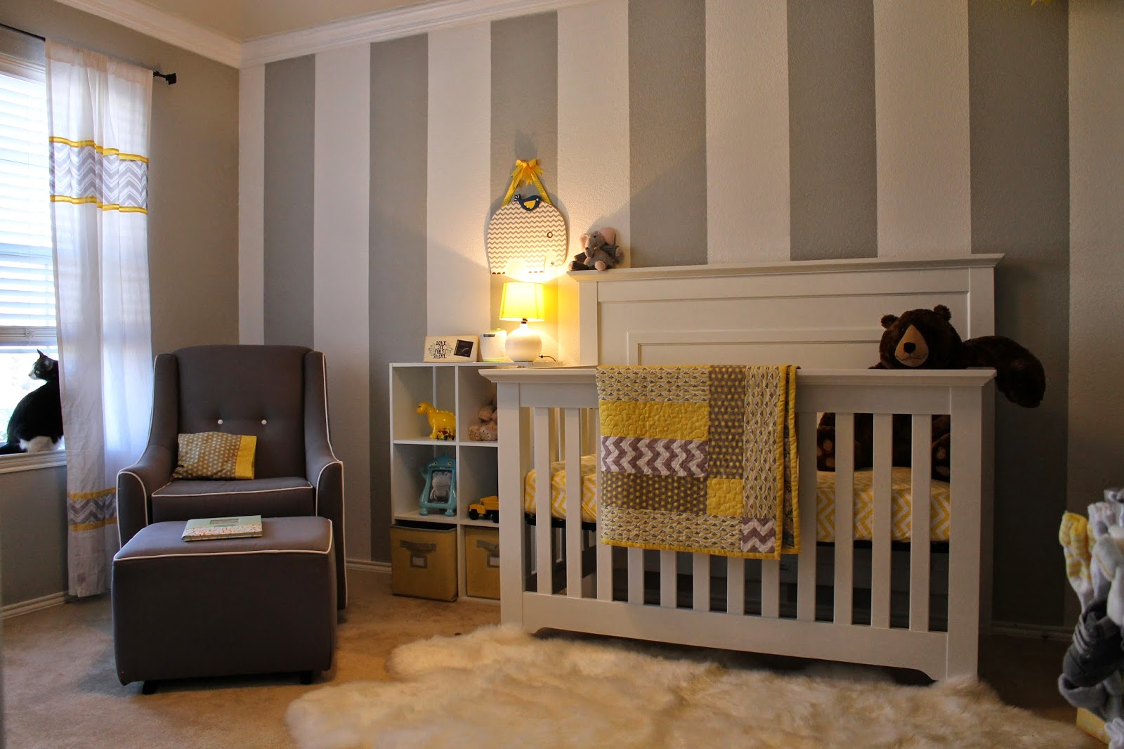 All things alisa gray white yellow nursery for Chambre de bebe decoration