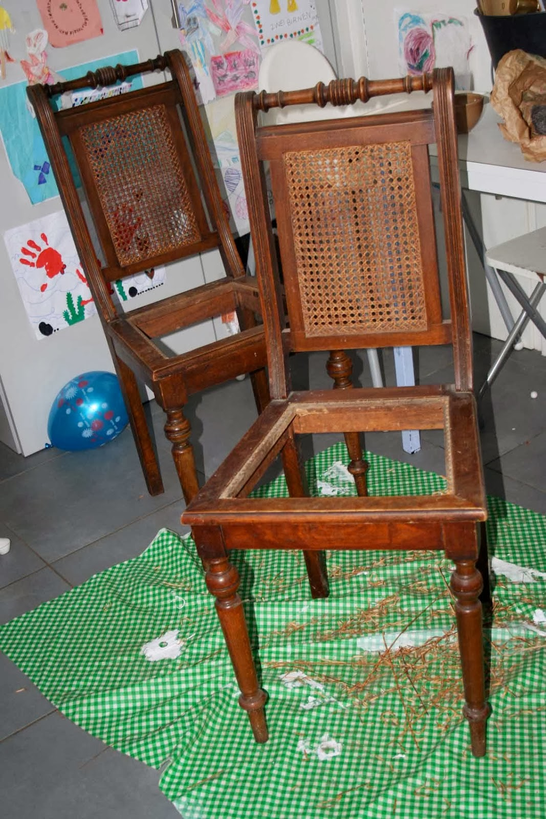 http://gustavevoltaire.blogspot.fr/2014/02/emilie-chaises-cannees-cane-chairs.html