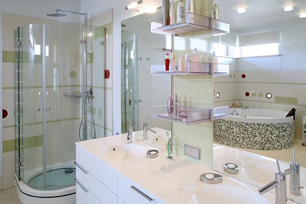 Informatile referitoare al aceste idei cu amenajari baie sunt reale,nu sunt trucate..amenajrea acestei bai cu gresie si faianta de cea mai buna calitate..Renovare apartament modern la bloc si la casa.