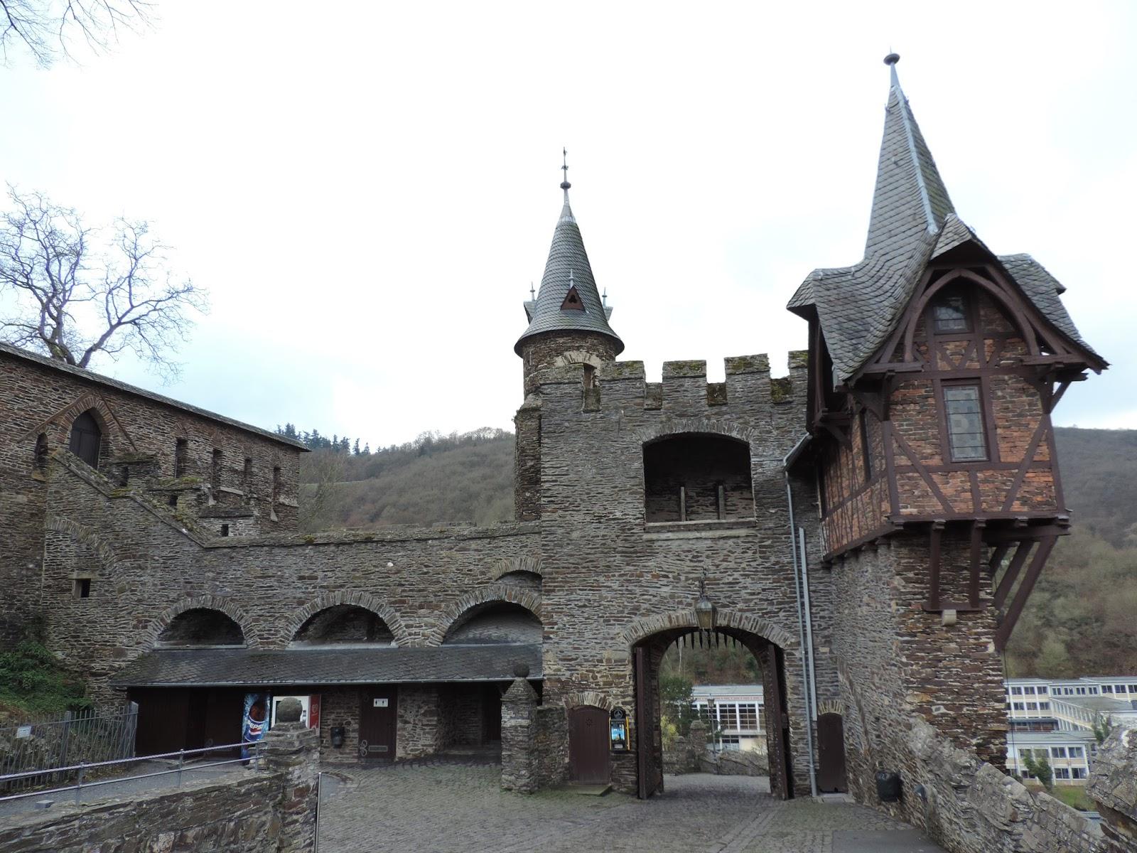 Vicio viajero castillo de reichsburg castillo de eltz for Puerta jakober augsburgo