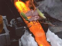 Ekstrem, Koki Buat Daging Panggang di Atas Panasnya Lava