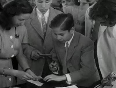 Arturito Pomar, firmando autógrafos en 1946
