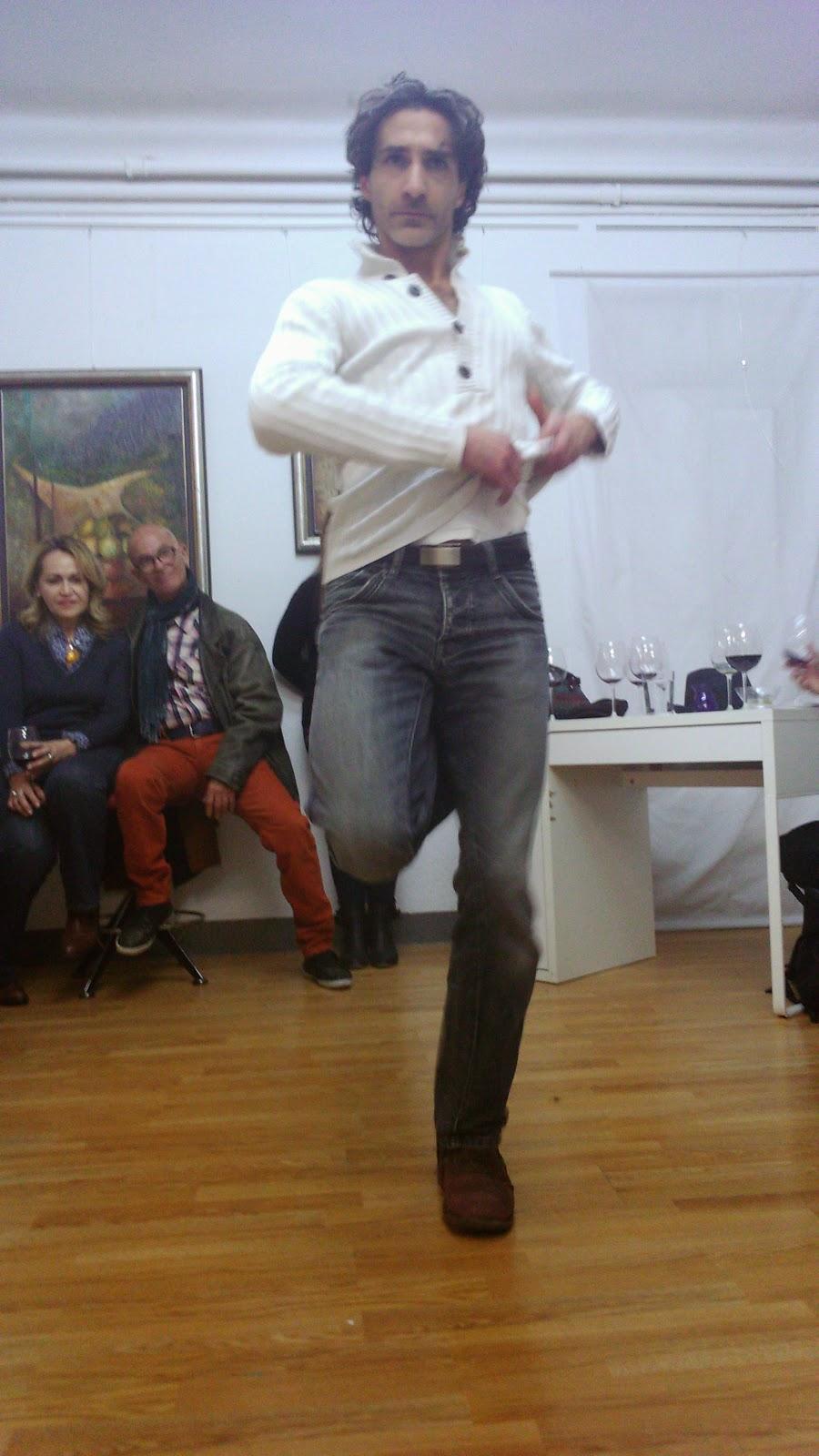 Elías Morales bailando mientras el Rapsoda declamaba