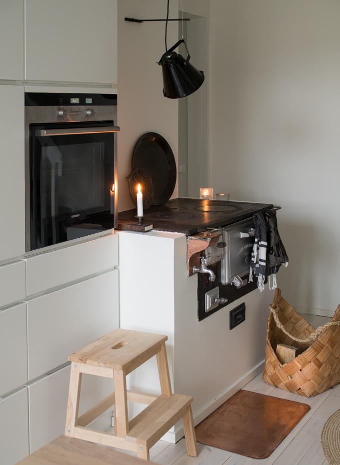 kvik mano keittiö, valkoinen matta, puuliesi modernissa keittiössä